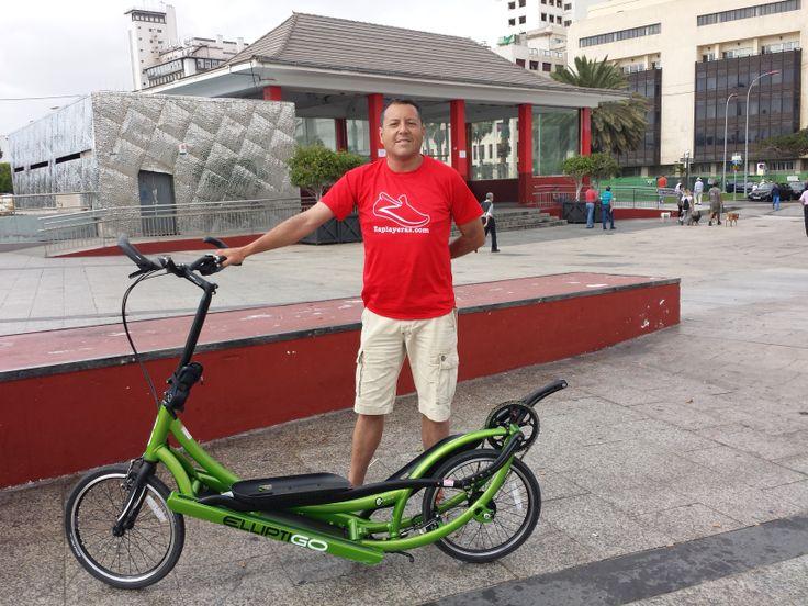 Ricardo Rodriguez de Zaplayeras.com probando su ElliptiGO