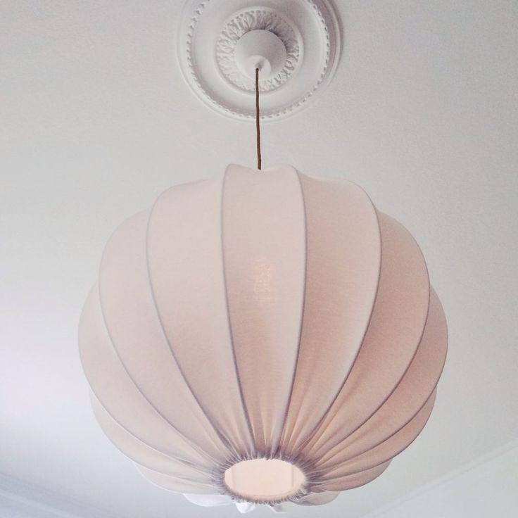 Produkten Taklampa droppe eco 50cm säljs av Lampverket unika lampor & lampskärmar i vår Tictail-butik. Tictail låter dig skapa en snygg nätbutik helt gratis - tictail.com