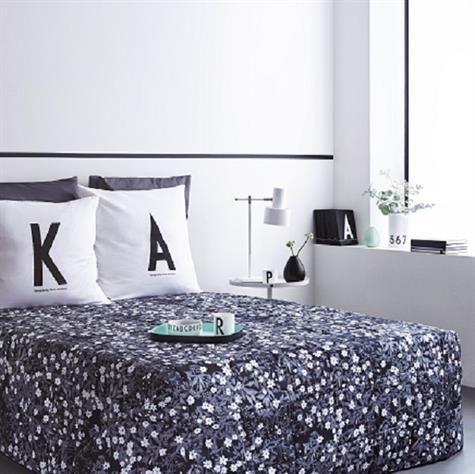 Quilte sengetæppe Flower Vintage af Arne Jacobsen. Sengetæppe med håndtegnede blomster skabt af Arne Jacobsen i 1940'erne, Det smukke sengetæppe har blomster på den ene side og sort på den anden. Vælg mellem 2 størrelserArne Jacobsen er verdenskendt for sin enkle arkitektoniske funktionalisme og i 1937 skabte han en håndtegnet typografi. Der kaldes det Arne Jacobsens vintage ABC. Ved siden af dette var han også en yderst talentfuld kunstner, der skabte en lang række akvareller og…