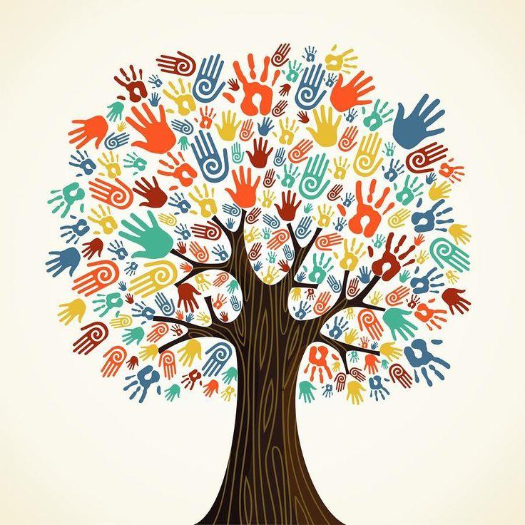 Grote boom in de klas / op school met ieder kind zijn / haar hand in het begin van het schooljaar.