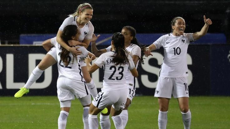 France took a 2-0 lead against the United States Women's National Team into halftime tonight without having to do much besides let Eugénie Le Sommer run at the USWNT's center backs and let them fall over themselves to give her easy paths to goal. It started in the seventh minute, when Allie Long got turned into a statue by a nifty Le Sommer run and forced her goalie to concede a penalty.