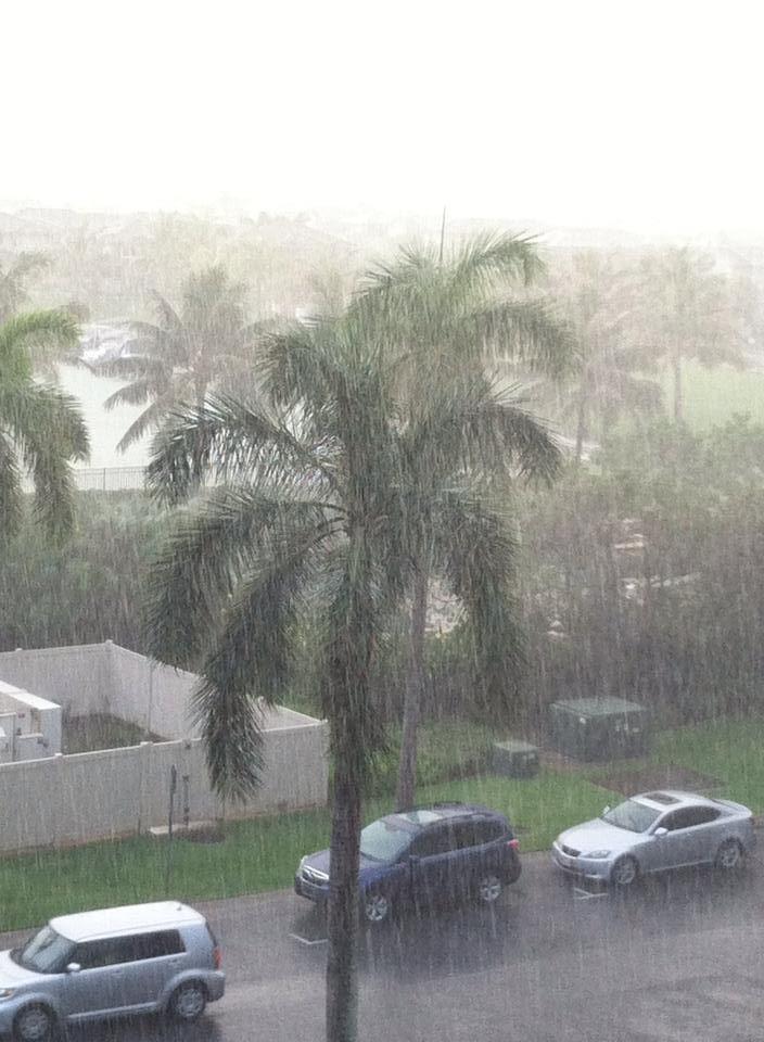 ハッピーのお裾分け  雨季のハワイ、あらっと思うと凄い勢いで雨が…周りは一瞬にして真っ白。  慌てて窓を閉めたと思ったら、さっきの勢いは?という青空と共に虹が出る。雨が降る楽しみもある、雨季のハワイです〜  Mama ☀️ S