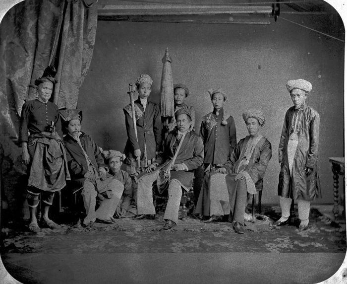 COLLECTIE TROPENMUSEUM Portret van de Sultan van Lingga Riouw met zijn gevolg Batavia TMnr 60003185 - Ethnic Malays - Wikipedia, the free encyclopedia