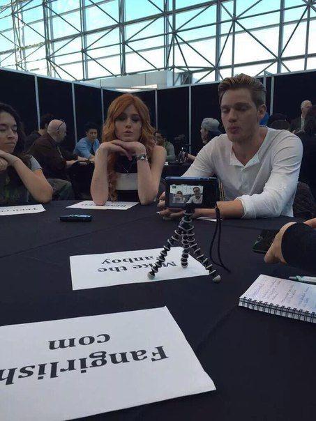 #TheMortalInstruments #TMI #Shadowhunters #ComicCon  Интервью не закончились, ребята в комнате для интервью, опять отвечают на вопросы о сериале и о съемках, но на этот раз с тяжелой артиллерией, сама Кассандра Клэр и продюсер МакДжей общаются с репортерами.
