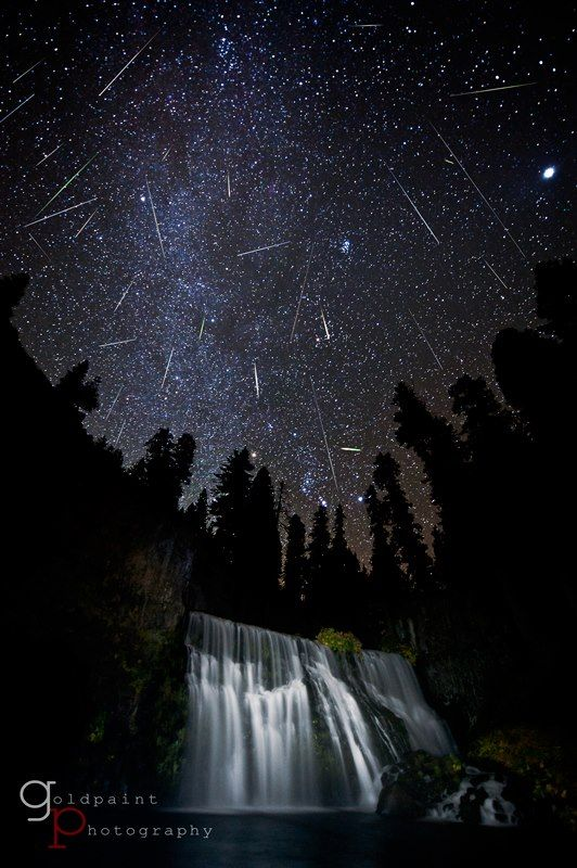 Foto dos meteoros Oriónidas de 2011, próximo do Monte Shasta, na Califórnia. Uma foto composta de cada meteoro capturado durante a noi...