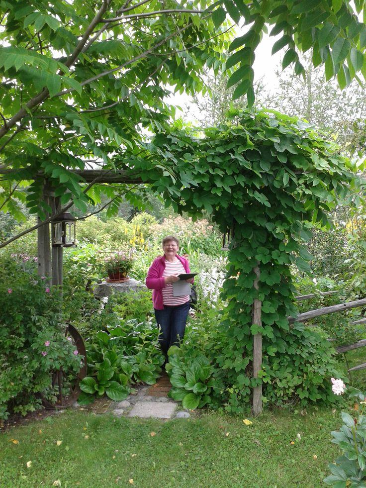 Minä upean portin alla! Tabletti oli tietenkin mukana sai kuvailla kaunista puutarhaa!