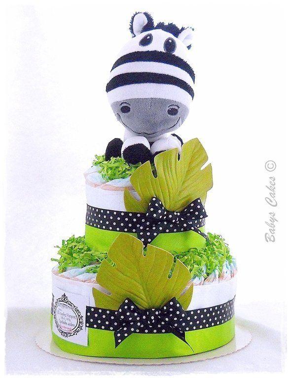 Gateau de couches Little Marcel diaper cake, une adorable peluche zèbre sage comme une image, dressée sur son moelleux de couches Pampers.