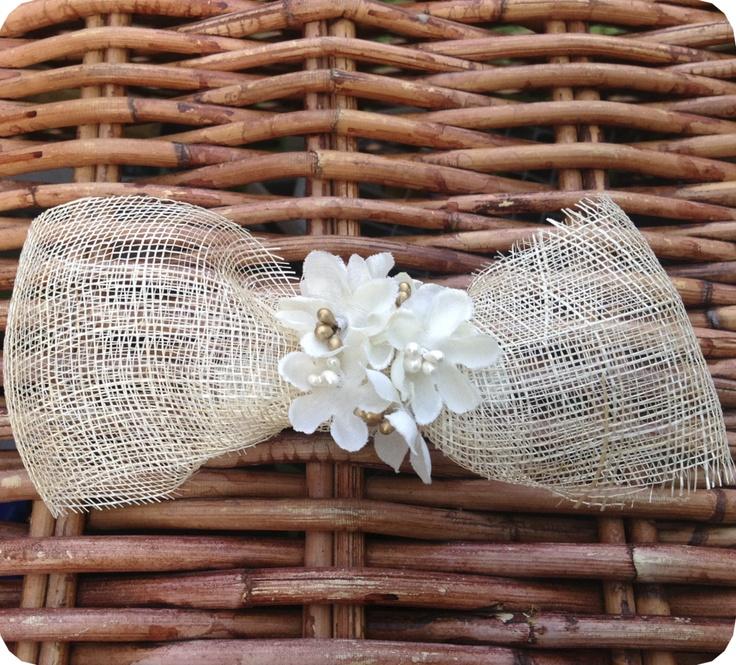 Tocado realizado de sinamay natural recogido en el centro con conjunto de flores blancas artesanales con pistilos nacarados y dorados.    Ideal para complementar el vestido de comunión como pasador o como adorno de una diadema.  www.gloriavelazquez.es