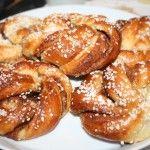 Saftiga kanel- och kardemummaknyten med smör och mandelmassa – baka bullar!
