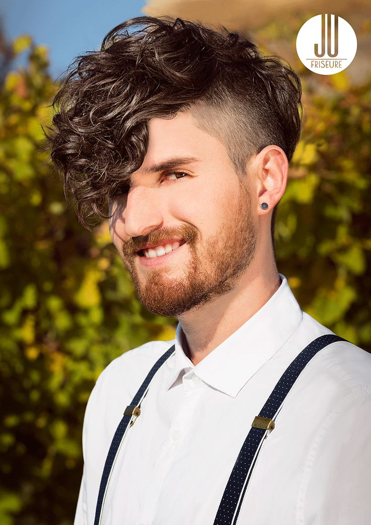 Nur scheinbar gebändigte Männlichkeit – das ist die Aussage, die sich hinter diesem üppig lockigen Oberkopf mit Stirnpony und den im Buzzcut gestyl…