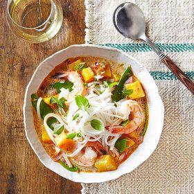 Sopa de fideos tailandeses con camarones y calabaza