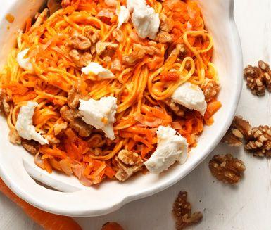 Pasta med kalkon, mozzarella och valnötter i tomatsås är en lättlagad pastarätt med goda smaker. Tillbehören valnötter och mozzarella förhöjer lyxkänslan på denna vardagsrätt.