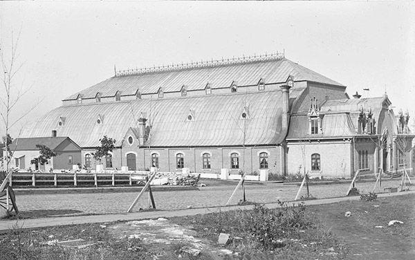 Le pavillon des patineurs (1877-1889) érigé devant l'hôtel du Parlement, près de la porte Saint-Louis. Il était la propriété du Quebec Skating Club.