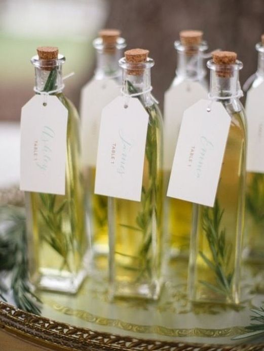 I vostri ospiti apprezzeranno molto questa bomboniera / segnaposto con l'olio di oliva aromatizzato. Realizzarlo è davvero semplice. Vi…