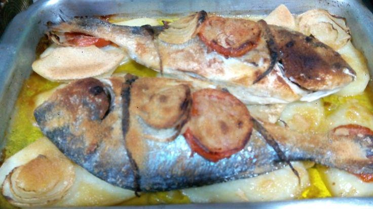 Doradas al horno con patatas y verduras, receta de mi madre. Dos doradas de 400 o 600 gr.3 patatas grandes cortadas en rodajas gruesas, 1 pimiento verde, 1 tomate, 1 cebolla, 2 dientes de ajos, sal, pan rallado y aceite de oliva. Poner las patatas como base en la bandeja, las doradas, las verduras como en la foto, la sal al gusto, el medio vaso de vino blanco, el pan rallado espolvoreado en forma de lluvia y el aceite en hilo, meter al horno a 200°c por 30 o 45 minutos y listo!!!