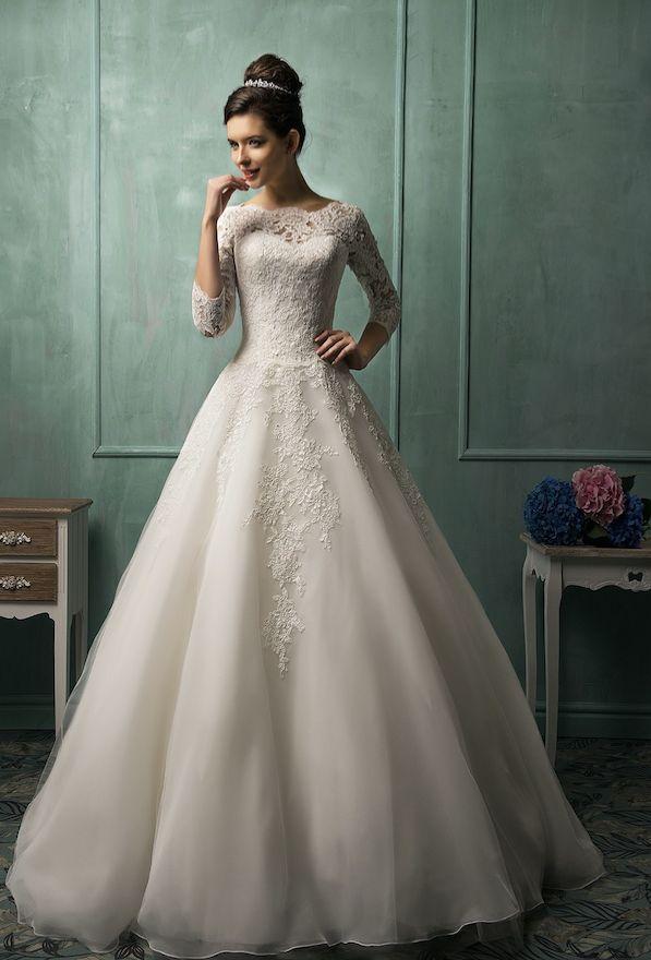 ➜ Prinsess brudklänning med trekvarts ärm i färgen ivory med hög kvalitativ organza och spets. För den eleganta bruden. Beställ via länken. #Brudklänningar #Bröllopsklänningar #Bröllop #Skräddarsytt