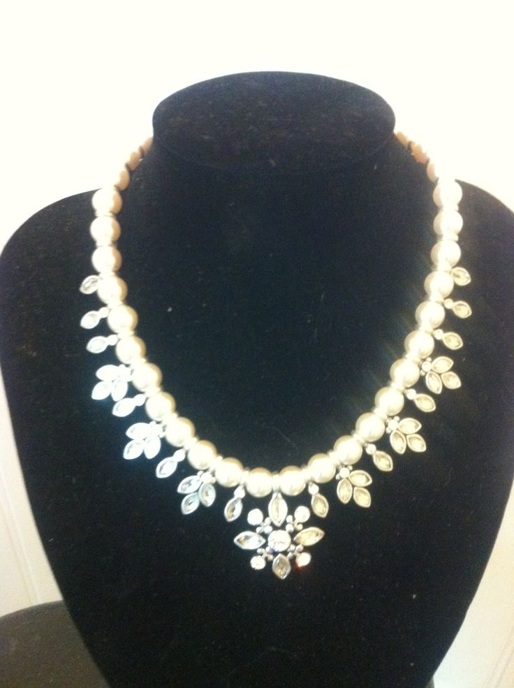 Beautiful pearl and rinstone necklace, so elegant.