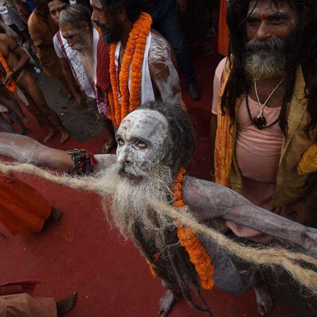 Un sadhu induista danza nel corso di una processione sacra alla viglia della festa di Ambubachi Mela presso il tempio di Kamakhya temple a Guwahati, in India. Miglia di indù da tutto il Paese raggiungono la città per la celebrazione che ricorda la prima mestruazione della dea.