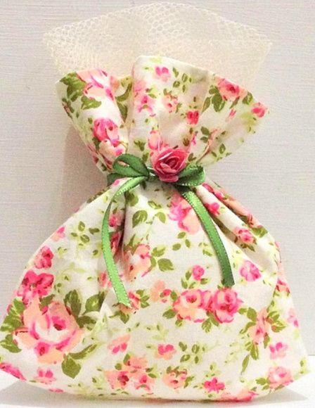 saquinho de tecido de algodão, embalagem para lembrancinha de casamento, noivado, aniversário de 15 anos, etc. Acompanha, florzinha e fita de cetim. R$ 2,50