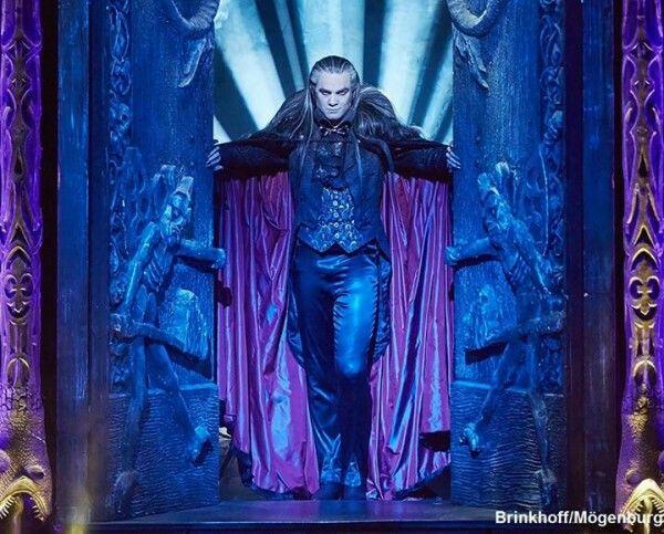 Stéphane Métro as Count Von Krolock in Tanz der Vampire - Stéphane Métro dans le rôle du Comte Von Krolock dans Le Bal des Vampires