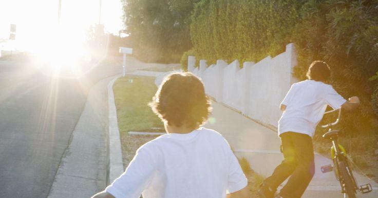 Lista de actividades divertidas para hacer en un día soleado. Cuando la madre naturaleza nos da un día soleado, debemos tomar ventaja de él haciendo cosas divertidas en el exterior. Todos (parejas, familias y niños) podemos disfrutar bajo el sol. Desde caza en la naturaleza hasta juegos con agua, saca el niño interior de cada uno con actividades en un día soleado. Todo lo que necesitas para comenzar es una ...