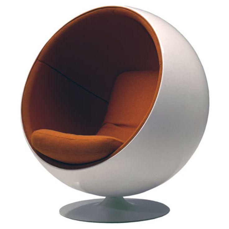 """Eero Aarnios Durchbruch als Designer begann 1966 mit seinem Entwurf auf der internationalen Möbelmesse in Köln, als der Ball Chair, der manchmal auch Globe Chair genannt wird, das Aufsehen der Fachwelt erregte. Das Vitra Design Museum beschrieb den Sessel in seiner Broschüre als ein Werk zwischen Möbeldesign und Architektur, eine Auffassung, die sich auch in Eero Aarnios Ausspruch der Stuhl sei ein """"Raum im Raum"""" widerspiegelt."""