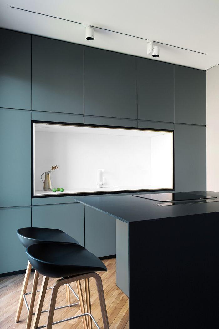 Модная планировка кухни, при которой рабочая поверхность оказывается в нише между двумя шкафами, на реальных примерах.