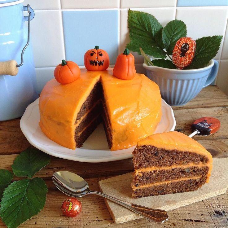 My Halloweeny carrot cake. It was fun to make those little sugarpaste pumpkins/ Můj strašidelný mrkvový dort #halloweenbaking #homemade #baking #happyhalloween #halloween #carrotcake #halloweeny #pumpkin #pumpkins #mypalebluekitchen #mojemodrákuchyně #mrkvovydort #mrkvovýdort #dýně #dyne #dušičky #dusicky by zivotvzahrade.cz