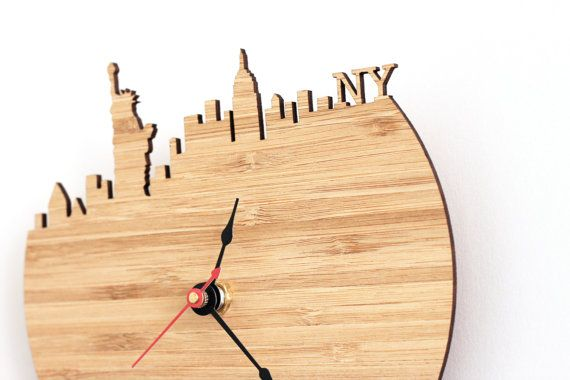 Quelle heure est-il à New York ? Mettant en vedette la Statue de la liberté et l'Empire State Building, cette horloge ajoute instantanément une touche moderne et unique à votre bureau, salon ou salle à manger. Quand un cadeau générique tout simplement pas assez, choisissez l'horloge de la ligne d'horizon pour cette touche attentionnée, personnalisée ! Vous pouvez mettre à votre heure locale, ou monter à côté d'une autre horloge murale avec le temps à New York.  Voyage dans le monde avec 50…