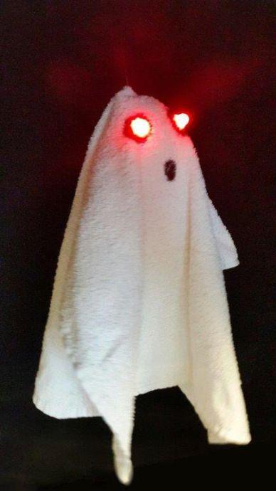 """Inför Halloween dekoreras, pysslas och skapas det i både skola och förskola. Varför inte låta barnen """"maka"""" ett lysande spöke med hjälp av båda gammalt och nytt material. Buuuuu…F…"""