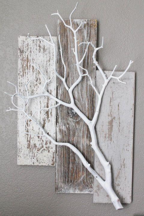 Tolle Wanddeko. Verwittertes Holz mit einem weiß besprühten Ast.