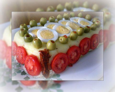4 patate  2 scatolette di tonno medie  maionese  1 cetriolo  olio e.v.o  pepe,sale,succo di limone.  Per guarnire:  Pomodori da insalata...