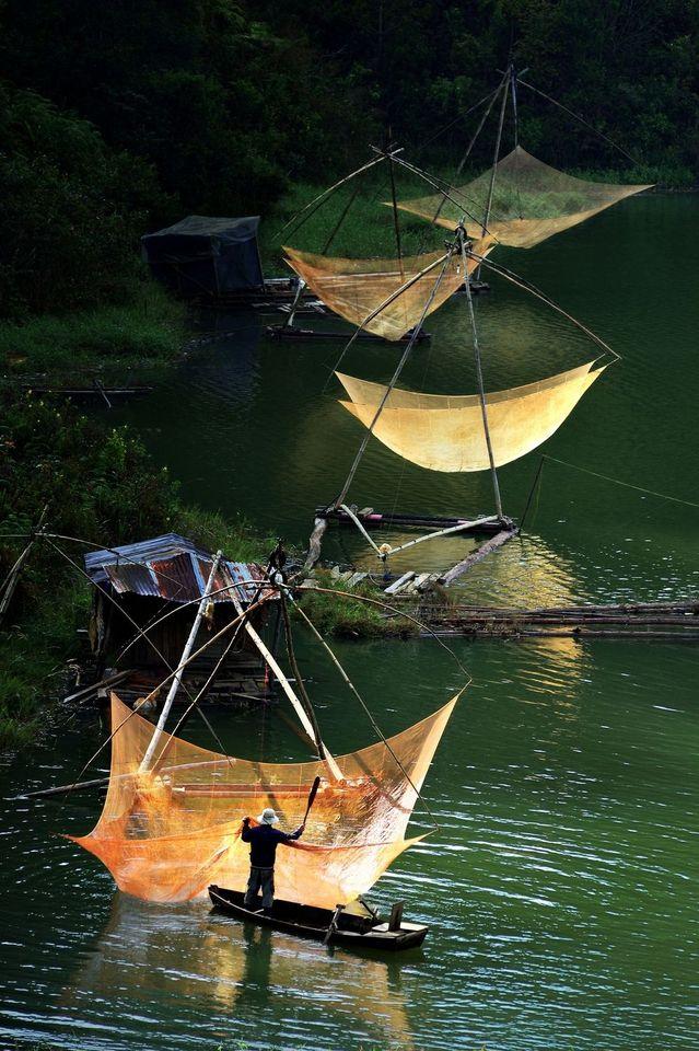 Redes de pesca en el lago Tuyen Lam - Lam / A lo largo del lago Tuyen, al lado…