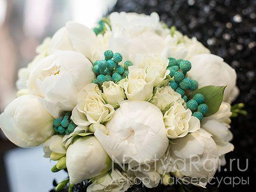 Фото. Модный букет невесты из белых пионов.