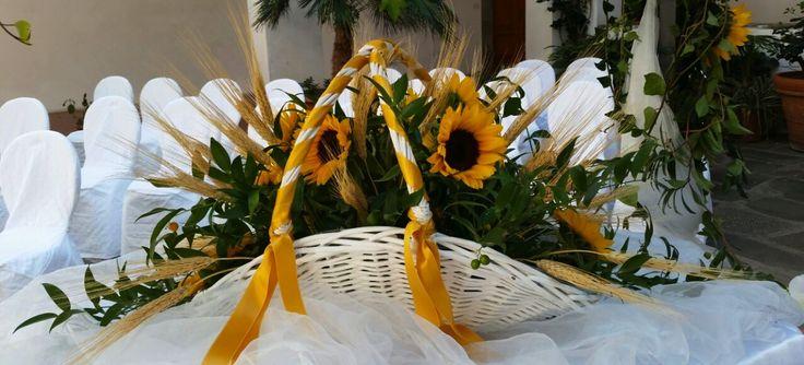 Girasoli, ruscus e spighe di grano. Matrimonio Chiostro De Laugier Portoferraio Isola d'Elba #matrimonio #allestimento #fiori #elba www.weddinginelba.it