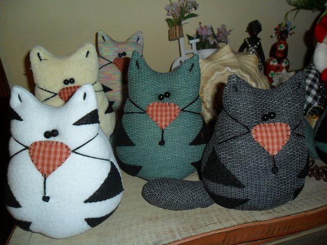 Gatos peso de porta by Fios di Araki, via Flickr. Could use as a pincushion. For inspiration.