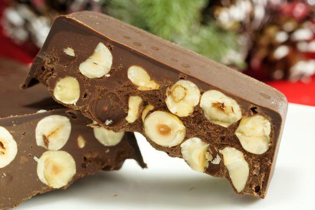 torrone al cioccolato fatto in casa, un dolce perfetto per queste festività, ideale per arricchire la tavola del cenone di Capodanno.