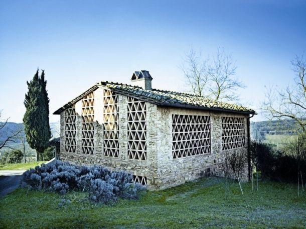 Il giardino di Fasti Floreali: Un Fienile Ristrutturato a Siena | Tra Pietra, Colore Bianco e Travertino
