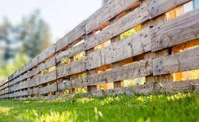 Einen Palettenzaun (Zaun aus Paletten) selber bauen. Tipps & Tricks, sowie eine Anleitung. #diy #rums #haus #garten #palettenzaun #palettenimgarten #zaunauspaletten #zaunbau #zaun #gartenzaun #diyimgarten #holzzaun #vorgarten #paletten #palettenmöbel #europaletten