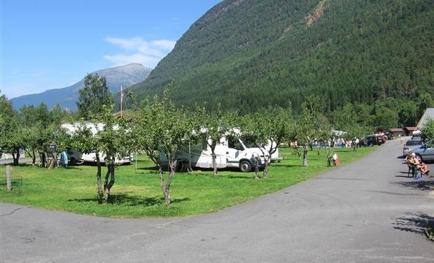 Camping Hardangertun ligt mooi tussen de fruitbomen aan het Hardangerfjord. De plaatsen liggen op het gras, maar er zijn ook enkele verharde plaatsen. Ideaal voor campers. Het sanitair is onlangs vernieuwd en de camping heeft veel voorzieningen. Wat dacht u bijv. van een verwarmd zwembad, een bubbelbad, sauna, tv-ruimte, restaurant en een kiosk met dagelijk verse broodjes. Camping Hardangertun beschikt over diverse soorten hytter en over nieuwe appartementen.