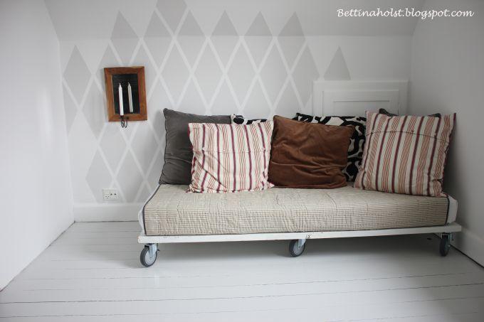 Vores daybed lavet af en gammel dør – DIY   Bettina Holst Blog  Jeg er VILD med de malede tern