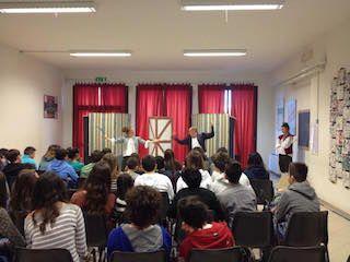 """Progetto Teatro in Lingua inglese """"Shakespeare in Italy"""".  Lo spettacolo è stato preparato da una compagnia teatrale di attori di madrelingua inglese che da anni opera nelle scuole e nei teatri del Nord Italia allestendo spettacoli e workshops (laboratori) divertenti e molto interattivi."""