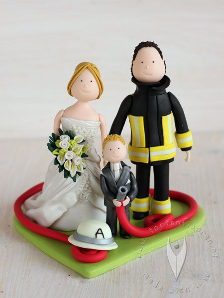 Feuerwehr Brautpaar mit Kind Tortenfigur für die Hochzeitstorte - Hochzeitstortenfigur - Weddingcake - Caketopper - Weddingcaketopper - Tortendeko - Hochzeitsideen - Weddingideas von www.tortenfiguren.at