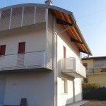 Parapetti terrazze costituiti da ovaline in alluminio verniciate a coprire le terrazze stesse.