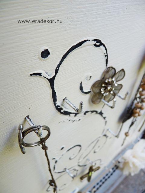 Nagyméretű antikolt fehér színre festett ékszertartó fa tábla. Fotó azonosító: EKSZNAGYF3
