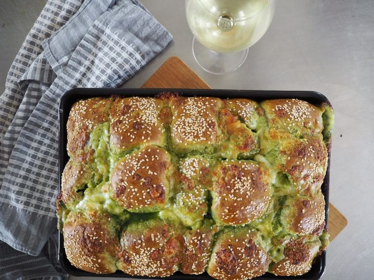 Spinat møllehjul med mozzarella pestofyld | Opskrift på lækkert, snasket brød, som både kan tilberedes på grillen og i ovnen