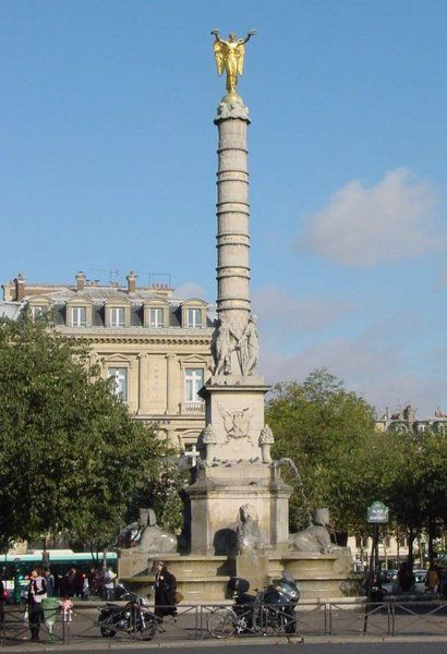 La fontaine du Palmier - place du Châtelet: la fontaine baladeuse célèbre les campagnes de Napoléon en Italie et en Egypte. Le nouveau tracé imposé par le baron Hausmann entraîna le déplacement de la fontaine et de sa colonne, on poussa le tout de 12 mètres vers l'ouest ...