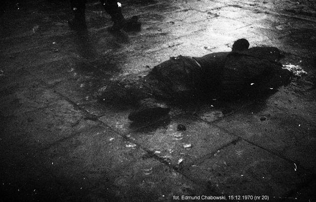Grudzień 1970. Obraz masakry    Podziel się    14 grudnia 1970 roku partia wyprowadziła na ulice wojsko przeciwko robotnikom. Była to odpowiedź na społeczny bunt przeciwko podwyżkom. Haniebna reakcja władz PRL kosztowała na wybrzeżu życie 45 niewinnych ludzi. Ponad 1000 osób zostało rannych.    Byłem naocznym świadkiem, że na ulicy nie było żadnych przeszkód na usprawiedliwienie tego rajdu po chodniku. Fot. Edmund Chabowski