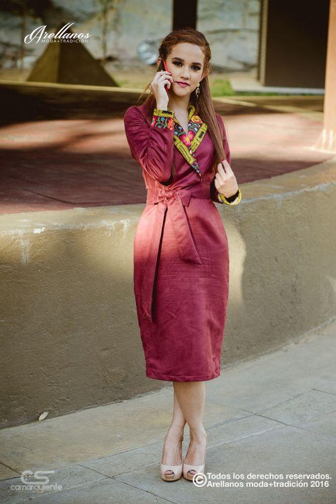 Sara- Tela: Gamusa Tipo de bordado: A mano con aguja y cadenilla de máquina artesanal Región en la que se elabora: Istmo de Tehuantepec Diseño: Vestido tipo sastre y falda recta