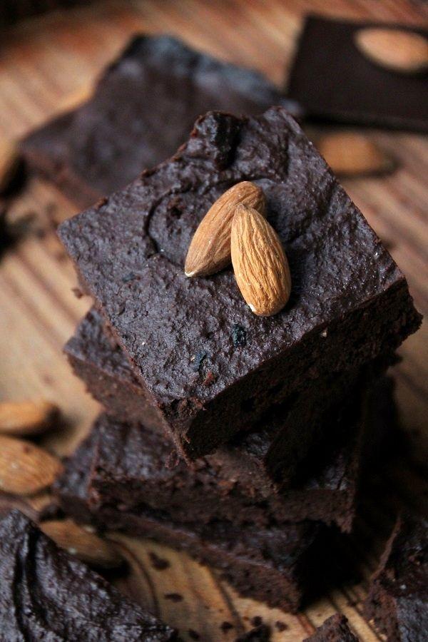 Chocolade amandelbrownie gemaakt van amandelpulp, de restjes van zelfgemaakte amandelmelk. Zero waste, wat wens je nog meer?